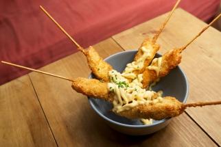 pollo marinado al estilo oriental, frito y cubierto de salsa especial